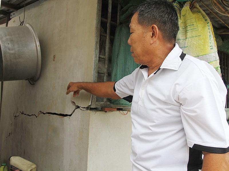 Ông Nguyễn Văn Em chỉ những vết nứt ở nhà mình được cho là do ảnh hưởng trong quá trình thi công đường dẫn cầu Vàm Cống. Ảnh: HẢI DƯƠNG