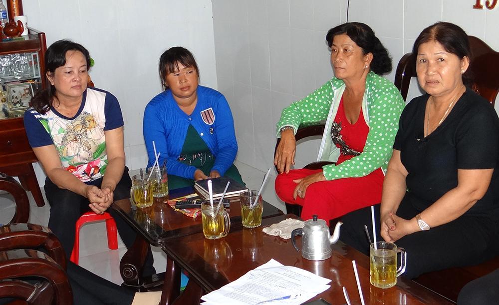 Bà Nguyễn Thị Mai (thứ 2 bên trái qua) người cân nếp trình bày vụ việc