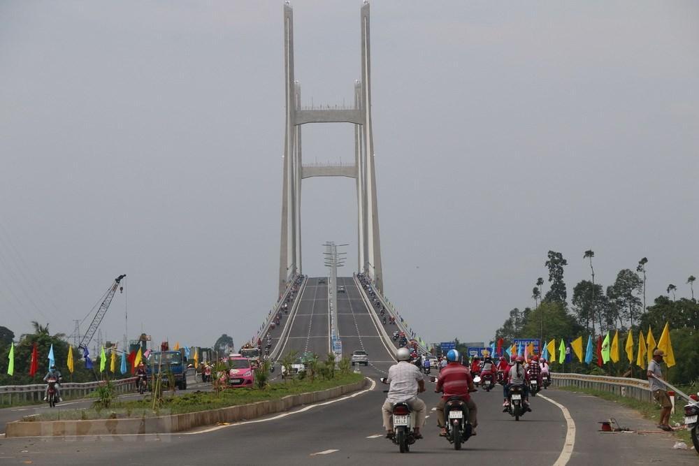 Mỗi ngày có tới 10-20 ngàn lượt xe qua lại cầu. (Ảnh: Nguyễn Văn Trí/TTXVN)