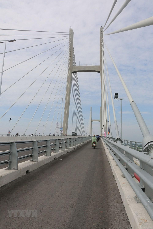 Cầu dài hơn 2,01km, bề rộng mặt cầu 24,5m, có 4 làn xe cơ giới và 2 làn xe thô sơ với vận tốc thiết kế 80 km/giờ. (Ảnh: Nguyễn Văn Trí/TTXVN)
