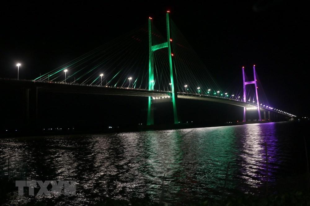 Cây cầu có vốn đầu tư hơn 3.000 tỷ đồng từ nguồn vốn viện trợ không hoàn lại của chính phủ Australia , vốn vay của Ngân hàng Phát triển châu Á (ADB) và vốn đối ứng của Việt Nam. (Ảnh: Nguyễn Văn Trí/TTXVN)