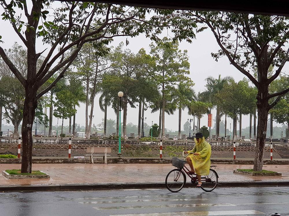 Người dân không nên ra đường khi xuất hiện mưa to, gió lớn