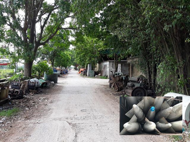 Con đường làng dẫn vào thôn Quan Độ dày đặc những kho, bãi phế liệu (ảnh to). Hàng chục bình chứa nhiên liệu nghi của máy bay đang vận chuyển về xã Văn Môn (Yên Phong – Bắc Ninh) được cơ quan công an phát hiện và thu giữ. Ảnh: PV