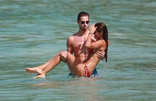 Cặp đôi có những hình ảnh nóng bỏng khi đi nghỉ bên nhau.