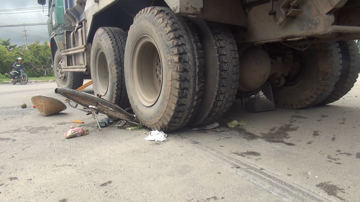 Chiếc xe đạp của nạn nhân gãy vụn dưới bánh xe ben.