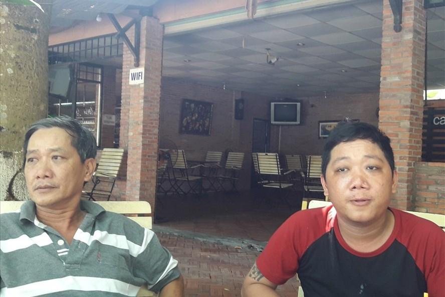 Anh Duyên (phải) cùng cha mình đau đớn, bức xúc kể lại sự việc liên quan đến cái chết của cháu Hân. Ảnh: Trần Tuấn