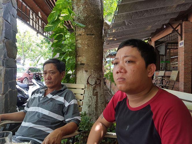 Anh Nguyễn Hữu Duyên cha ruột cháu H. (bên phải) chia sẻ với PV.