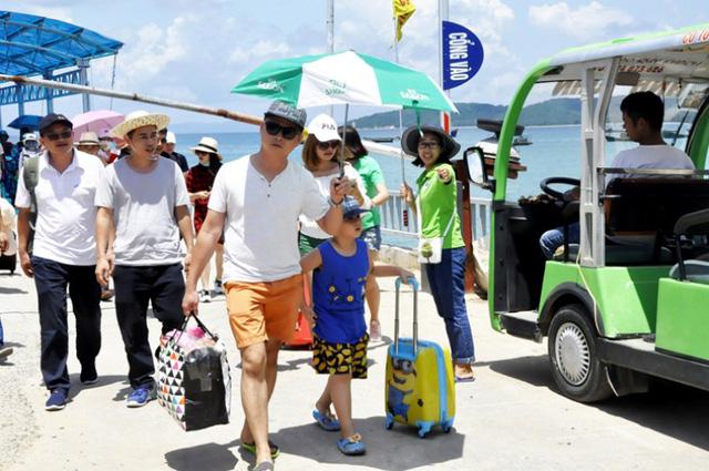 Lãnh đạo huyện Cô Tô khuyến cáo khách du lịch hạn chế ra đảo vì sự cố mất điện, hạn chế về nước sinh hoạt. Ảnh: Minh Đức