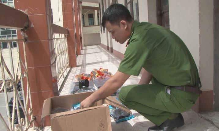 Lực lượng công an kiểm đếm tang vật của vụ án