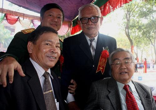 NGND Nguyễn Tiến Chấn (đeo kính, đứng) và GS Phạm Minh Hạc, cựu Bộ trưởng Bộ GD-ĐT cùng các cựu học sinh trong lễ kỷ niệm 50 năm thành lập Trường THPT Thuận Thành số 1.