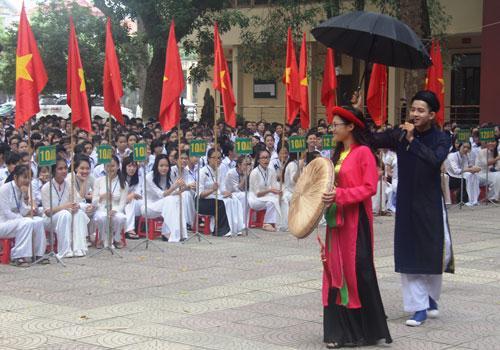 Học sinh Trường THPT Thuận Thành số 1 trổ tài hát Quan họ trong buổi lễ khai giảng năm học mới.