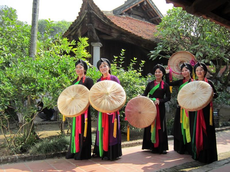 Những liền chị vùng Kinh Bắc trong trang phục áo mớ ba mớ bảy và nón quai thao.