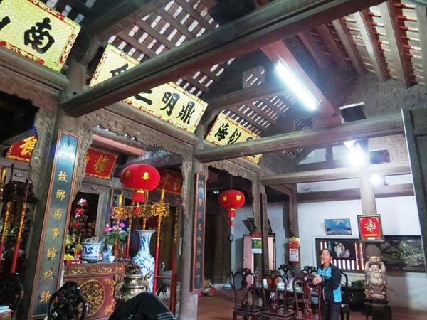 Bên trong ngôi nhà là 4 hàng cột lim ngang, mỗi hàng 6 cột và 3 hàng cột lim dọc.