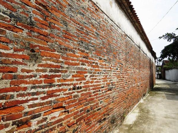 Tường nhà được xây bằng gạch đất nung bản mỏng, kích thước mỗi viên gạch dài tới 40 cm, rộng ngang 30 cm.