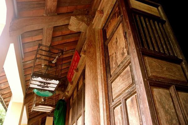 Nhà rộng hơn 100m2, làm bằng hàng trăm mét khối lõi gỗ mít rừng do những người thợ mộc nổi tiếng làm trong suốt 12 năm.