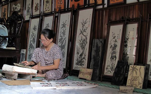 Các nghệ nhân làng Đông Hồ in tranh theo cách truyền thống.