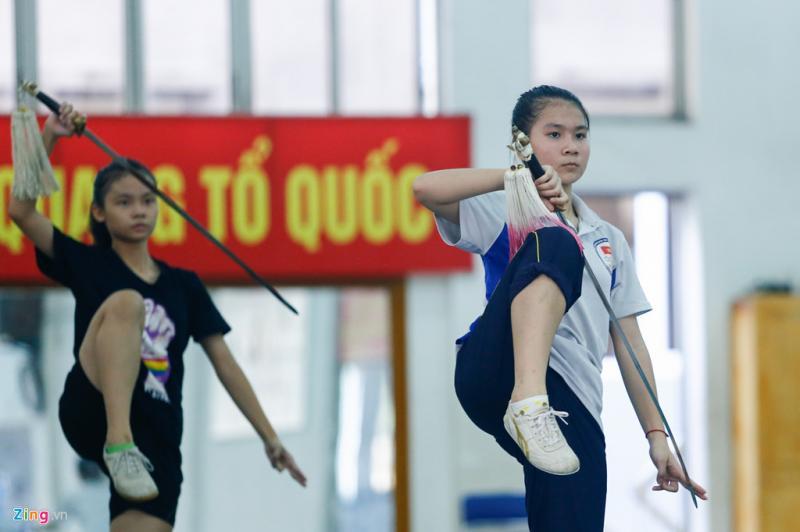 Nhiều VĐV trong đội tuyển wushu phải vất vả cân bằng lịch tập luyện và học tập chồng chéo. Bản thân Thúy Vi vẫn đang theo học ở Đại học thể dục thể thao Từ Sơn (Bắc Ninh). Cô cho biết mình đang đạt phong độ khá cao trước thềm giải thế giới.