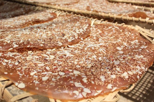 Những chiếc bánh đa phủ đầy lạc, vừng... (Nguồn: Univiet Travel)