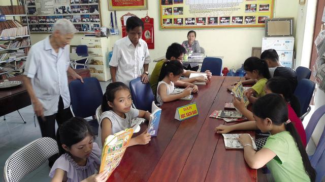 Mỗi ngày có từ 40-100 lượt học sinh, người dân đến thư viện để mượn, đọc sách.