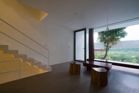 Cửa kính lớn tạo vẻ thoáng đẹp và tầm nhìn đẹp mắt cho phòng khách.