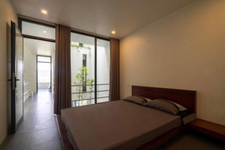 Gia chủ có thể cảm nhận ánh sáng tự nhiên, cây xanh, gió và mưa trong phòng ngủ.