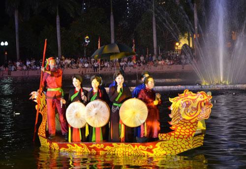 Định kỳ hàng tháng, các nghệ sĩ, diễn viên Nhà hát Dân ca Quan họ Bắc Ninh sẽ biểu diễn phục vụ khán giả tại Hồ Nguyên Phi Ỷ Lan (thành phố Bắc Ninh).