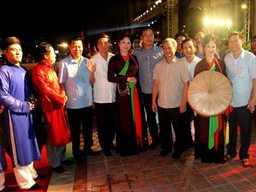 Các đồng chí lãnh đạo tỉnh đến thưởng thức và chụp ảnh giao lưu cùng  nghệ sĩ, diễn viên tham gia biểu diễn tại chương trình.