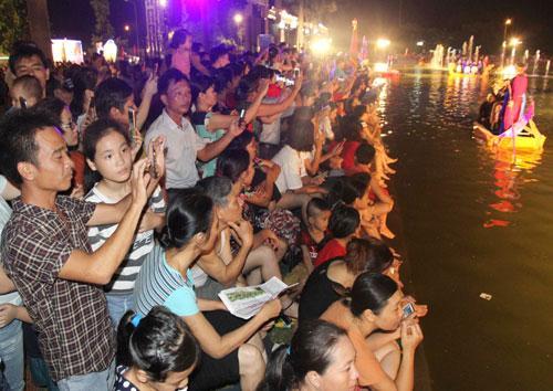 Đông đảo khán giả đến thưởng thức và giao lưu cùng chương trình.