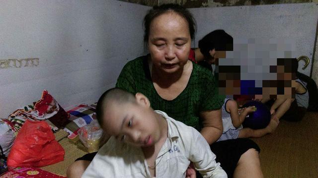 Bà Hường mong mỏi mình đủ sức khỏe để cùng con gái Phúc Liên chiến đấu với bệnh tật. Ảnh: Ngọc Thi