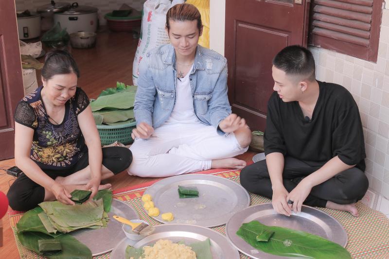 BB Trần và Duy Khánh đã tự tay làm nên những mẻ bánh nóng thơm lừng, dẻo dai. Ảnh: Tuấn Anh