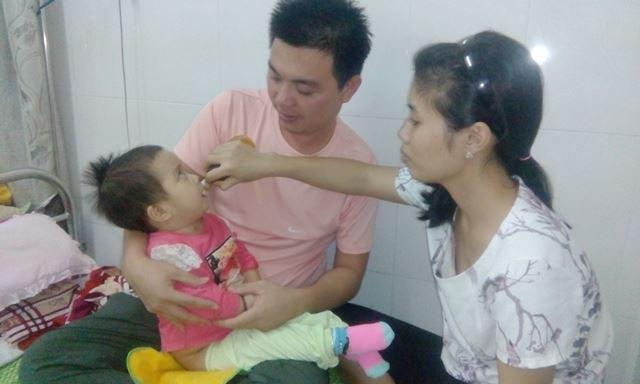 Gần nửa năm qua, anh Hướng và chị Huế luôn túc trực tại bệnh viện để chăm sóc con gái bạo bệnh. Ảnh: Tạ Dung