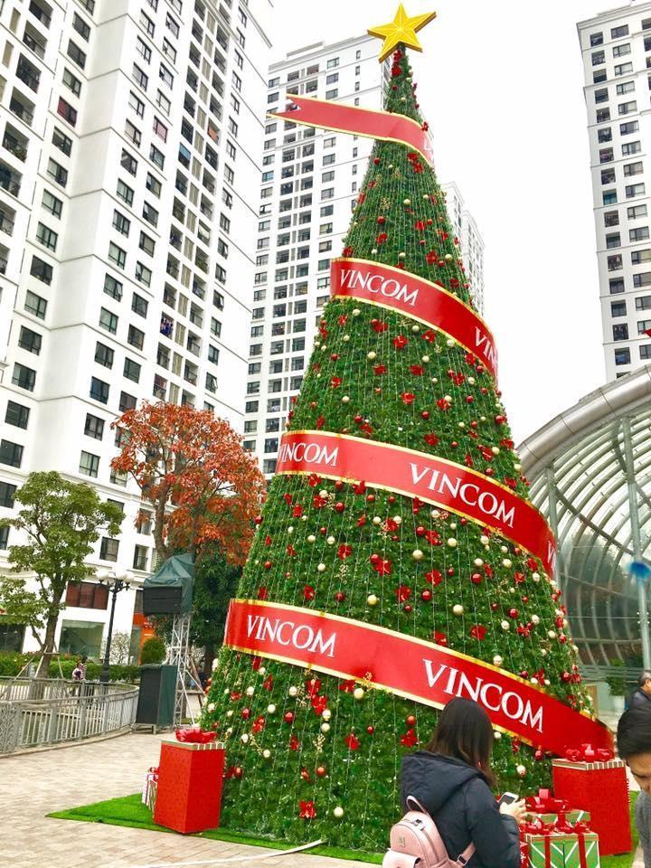 Cây Giáng sinh khổng lồ ở Times City. (Ảnh: Bình Tô)