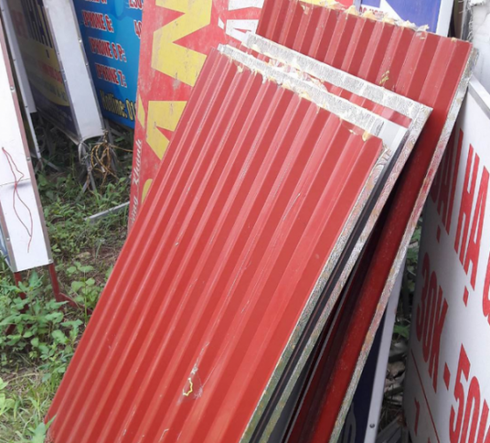 Một số tấm tôn lực lượng TTĐT Từ Sơn thu giữ của gia đình chị T.