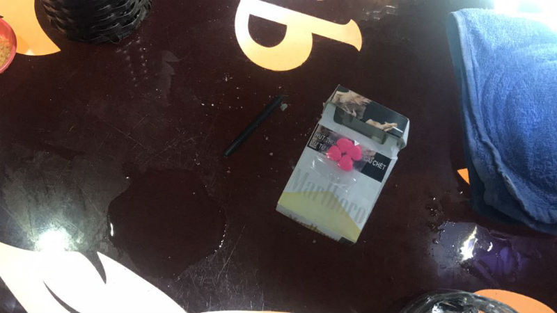 Những viên nén màu hồng nghi là ma túy bị thu giữ tại quán bar 212 đường Nguyễn Trãi