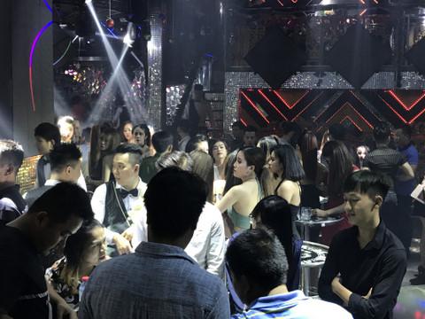 Dân chơi bị chốt chặn khi cảnh sát ập vào kiểm tra quán bar. Ảnh: Lê Trai / Zing.vn.