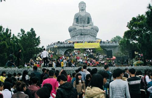 Du khách thập phương chiêm bái Tượng Phật A-di-đà (phiên bản phóng đại của Bảo vật Quốc gia Tượng Phật A-di-đà, thời Lý tại chùa Phật Tích, Tiên Du).