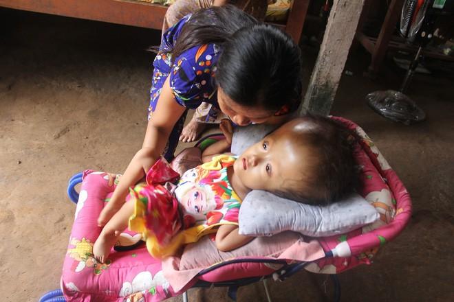 Sau khi đi làm trở về nhà, chị Ngon lại tất bật chăm sóc con gái nhỏ.