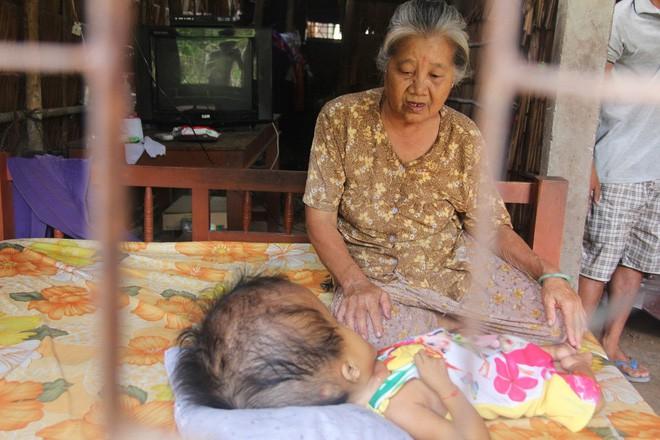 Bà ngoại là người chăm sóc bé Thảo khi bố mẹ vắng nhà đi làm mướn