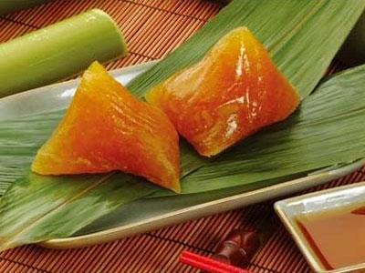 Thứ bánh ăn vào mát lành, chấm mật ngọt ngào hấp dẫn du khách- ảnh Yong.vn