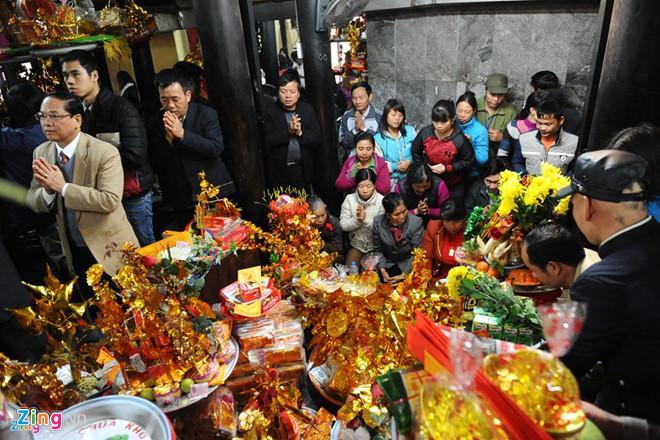 Du khách tới lễ hội đền Bà Chúa Kho với mong muốn phát tài phát lộc. (Ảnh: Việt Hùng)