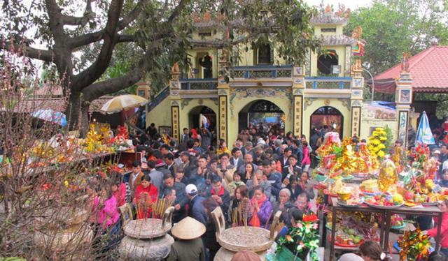 Lễ hội đền Bà Chúa Kho tấp nập người đi lễ đầu năm. (Ảnh: dantri.com.vn)