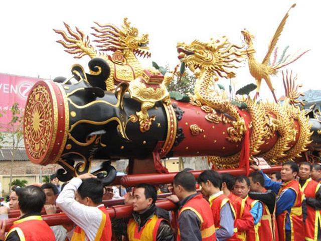 Pháo làng Đồng Kỵ được làm rất hoành tráng, cần đến hàng chục người khiêng. (Ảnh: dantri.com.vn)