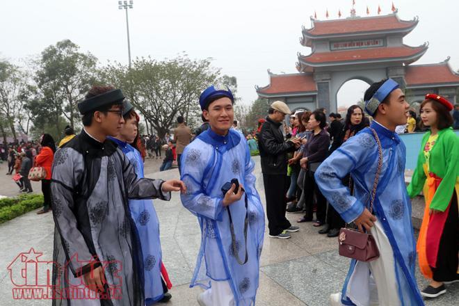 Các bạn trẻ yêu thích trang phục truyền thống đã thuê trang phục này để lưu lại những khoảnh khắc đẹp.