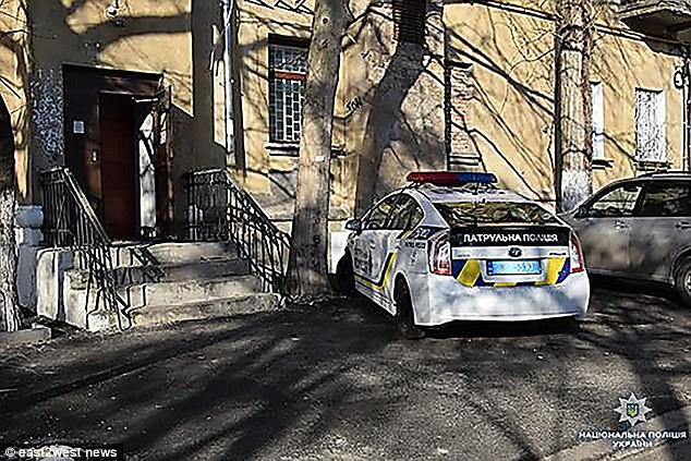 Cảnh sát có mặt tại hiện trường để đưa cụ bà 77 tuổi tới viện.