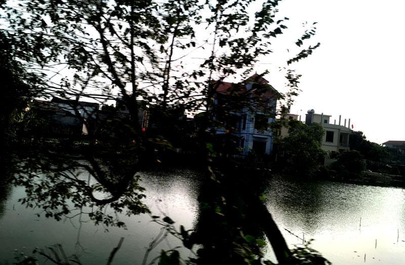 Sông Tiêu Tương vẫn còn một khúc, nước luôn trong xanh chảy trước cửa chùa Tiêu Sơn.