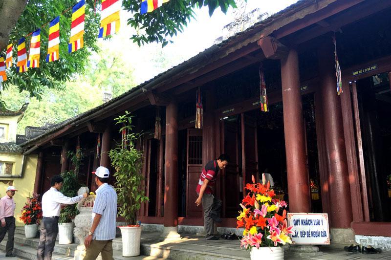 Chùa Tiêu Sơn nằm trên lưng chứng núi Tiêu, nho và cổ kính.