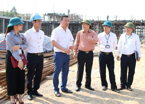 Phó Chủ tịch Thường trực UBND tỉnh Nguyễn Tiến Nhường kiểm tra tiến độ xây dựng trường Tiểu học xã Văn Môn.