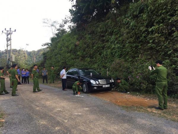 Chiếc xe nằm bên trái đường khiến người dân nghi ngờ