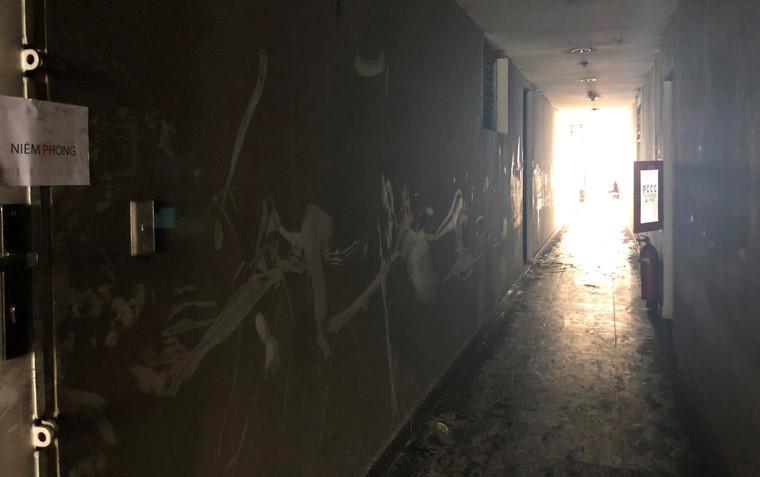Các bức tường, hành lang hàng chục tầng căn hộ tại chung cư Carina Plaza nám đen vì khói sau vụ cháy.
