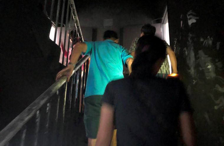 Những cư dân tại chung cư Carina Plaza đã được cho trở lại căn hộ của mình để lấy tài sản, vật dụng cần thiệt đến nơi khác tá túc trong thời gian tòa chung cư vẫn được phong tỏa phục vụ điều tra.
